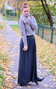 Maxirock_Kashmir-Pullover_Frau-mit-Dutt_rothaarige-Frau_rote-Haare_Herbstoutfit_Rock-im-Herbst_Outfit-mit-Maxirock_5