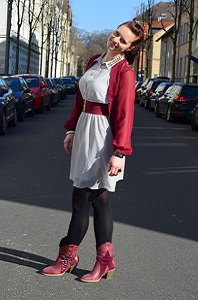 Outfit_Fashion_Kleid_grauesKleid_Primark_roteBluse_Bluse_Nieten_KleidmitNieten_Cowboystiefel