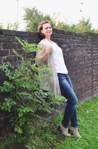 Outfit_Orsay_Jeans_beige_Herbstoutfit_beige Strickjacke_Bluse mit Schleife_weiße Bluse_Outfit mit weißer Bluse_beige Stiefeletten_Annanikabu_2