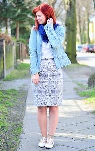 blauer-Bleistiftrock_Outfit-mit-Bleistiftrock_blau-weißes-Outfit_schickes-Outfit-mit-Rock_Bleistiftrock-kombinieren_rothaarige-Bloggerin_Annanikabu_