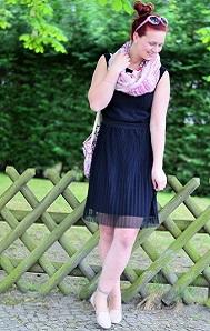 kleines-schwarzes_schwarzes-kleid_schwarz-und-rosa_schwarzes-kleid-kombinieren_frühlingsoutfit_Outfit-für-Frühling_Kleid-von-Esprit_Annanikabu_3