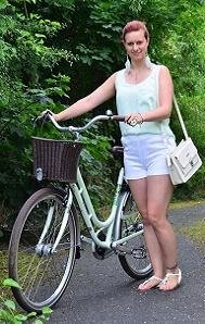 mintfarbenes-Fahrrad_Fahrradmodel_Handmodel_Sommeroutfit_Outfit-für-Fahrradtour_Blumenring_weiße-Hotpants_Bench-Tasche_Annanikabu