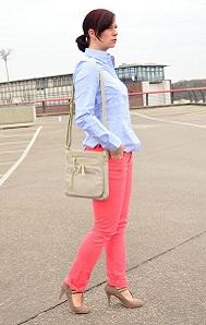 tchibo_farbverliebt_Frühling_bunte Jeans_Jeans von Tchibo_bunte Hose_blaue Bluse_Bluse von Tchibo_beige Tasche_Tasche von Tchibo_beige Tasche von Tchibo_Outfit_Fashion_Fashionblog Berlin_4