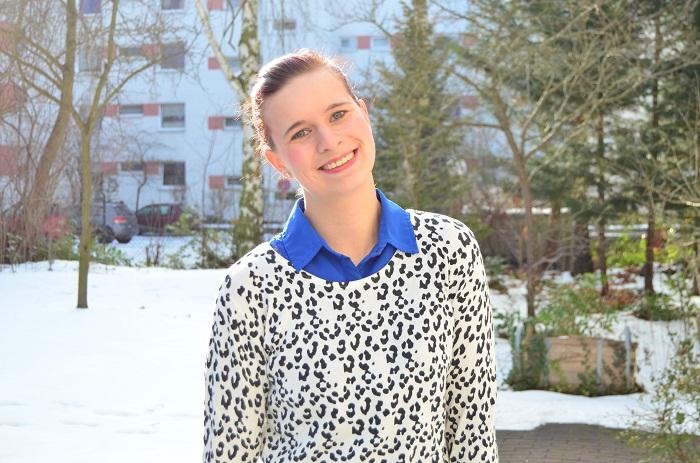 Outfit_Outfitpost_blaues Kleid_Leopulli_Mango_Pullover von Mango_Blog_Fashionblog_Annanikabu_Portrait_1