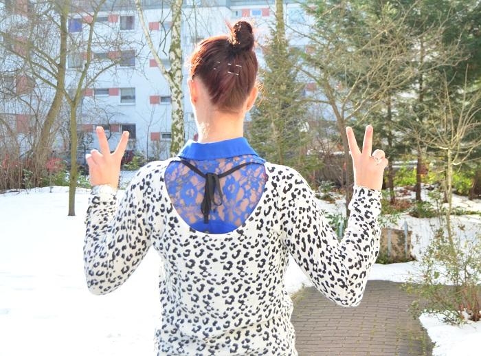 Outfit_Outfitpost_blaues Kleid_Leopulli_Mango_Pullover von Mango_Blog_Fashionblog_Annanikabu_Portrait_Spitze_von hinten