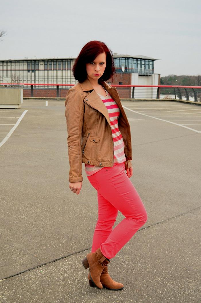 Outfit_Tchibo_farbverliebt_Lederjacke_rote Hose_Annanikabu_1