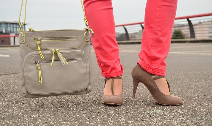 tchibo_farbverliebt_Frühling_bunte Jeans_Jeans von Tchibo_bunte Hose_blaue Bluse_Bluse von Tchibo_beige Tasche_Tasche von Tchibo_beige Tasche von Tchibo_Outfit_Fashion_Fashionblog Berlin_1
