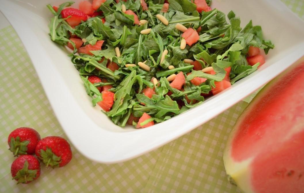 Rucula Erdbeer Melonen Salat mit Pinienkernen