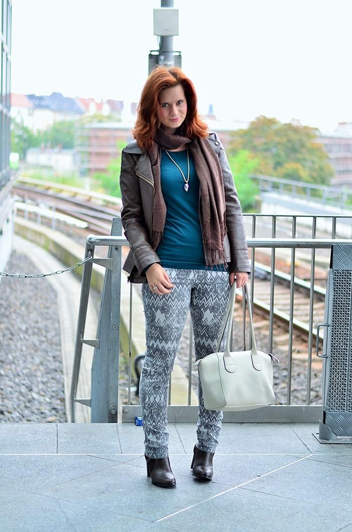 Outfit-Musterhose-Herbst-Herbstfarben-Herbstoutfit-Musterhose kombinieren-Lederjacke-braune Lederjacke-Annanikabu-Berlin-4