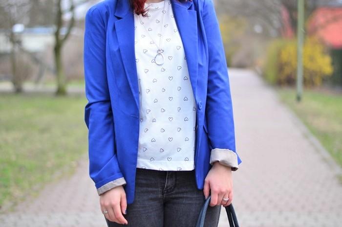gelber Mantel_blauer Hut_Hut von Stradivarius_Mantel von Stradivarius_gelber Frühlingsmantel_blau gelbes Outfit_Outfit mit blauem Hut_Annanikabu_3 (2)