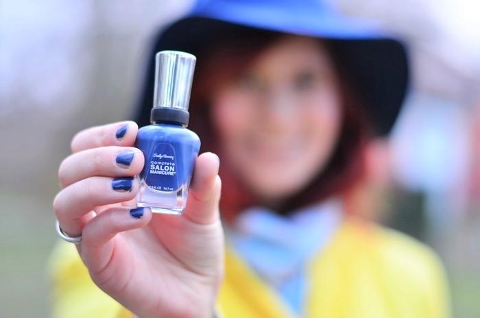 gelber Mantel_blauer Hut_Hut von Stradivarius_Mantel von Stradivarius_gelber Frühlingsmantel_blau gelbes Outfit_Outfit mit blauem Hut_Annanikabu_4 (2)
