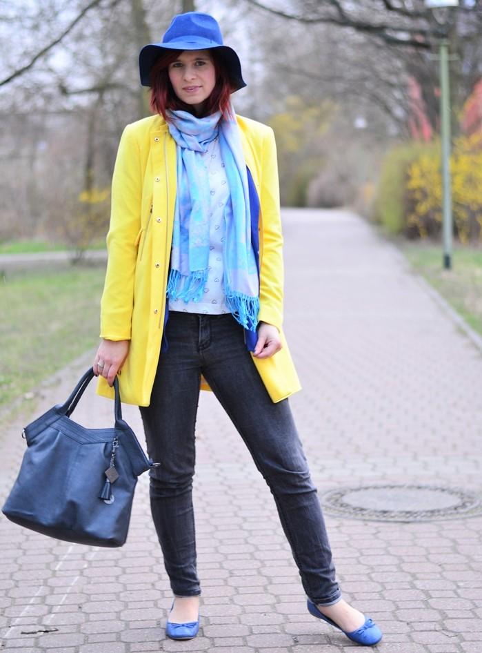 gelber Mantel_blauer Hut_Hut von Stradivarius_Mantel von Stradivarius_gelber Frühlingsmantel_blau gelbes Outfit_Outfit mit blauem Hut_Annanikabu_5