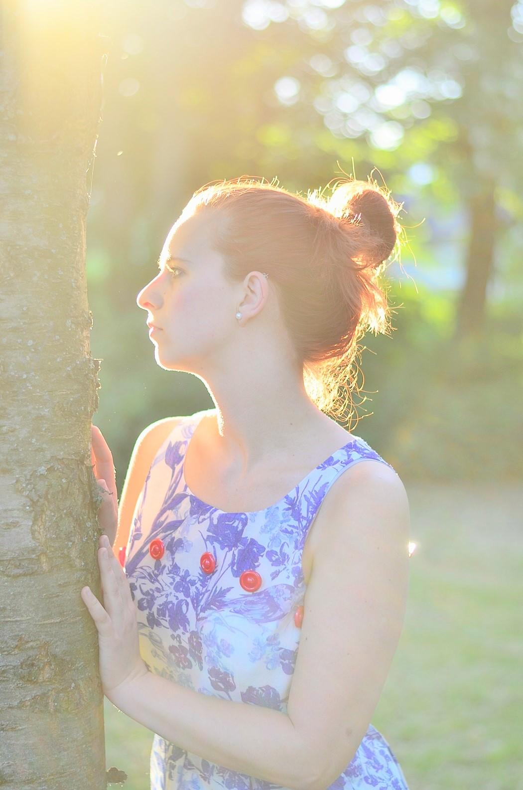 Alice's Pig-Kleid-Maxikleid_Alices Pig_Kleid von Alice's Pig-blaues Maxikleid-Gegenlicht Fotografie-Sonnenuntergang-Natur-barfuß-Annanikabu-1 (1)