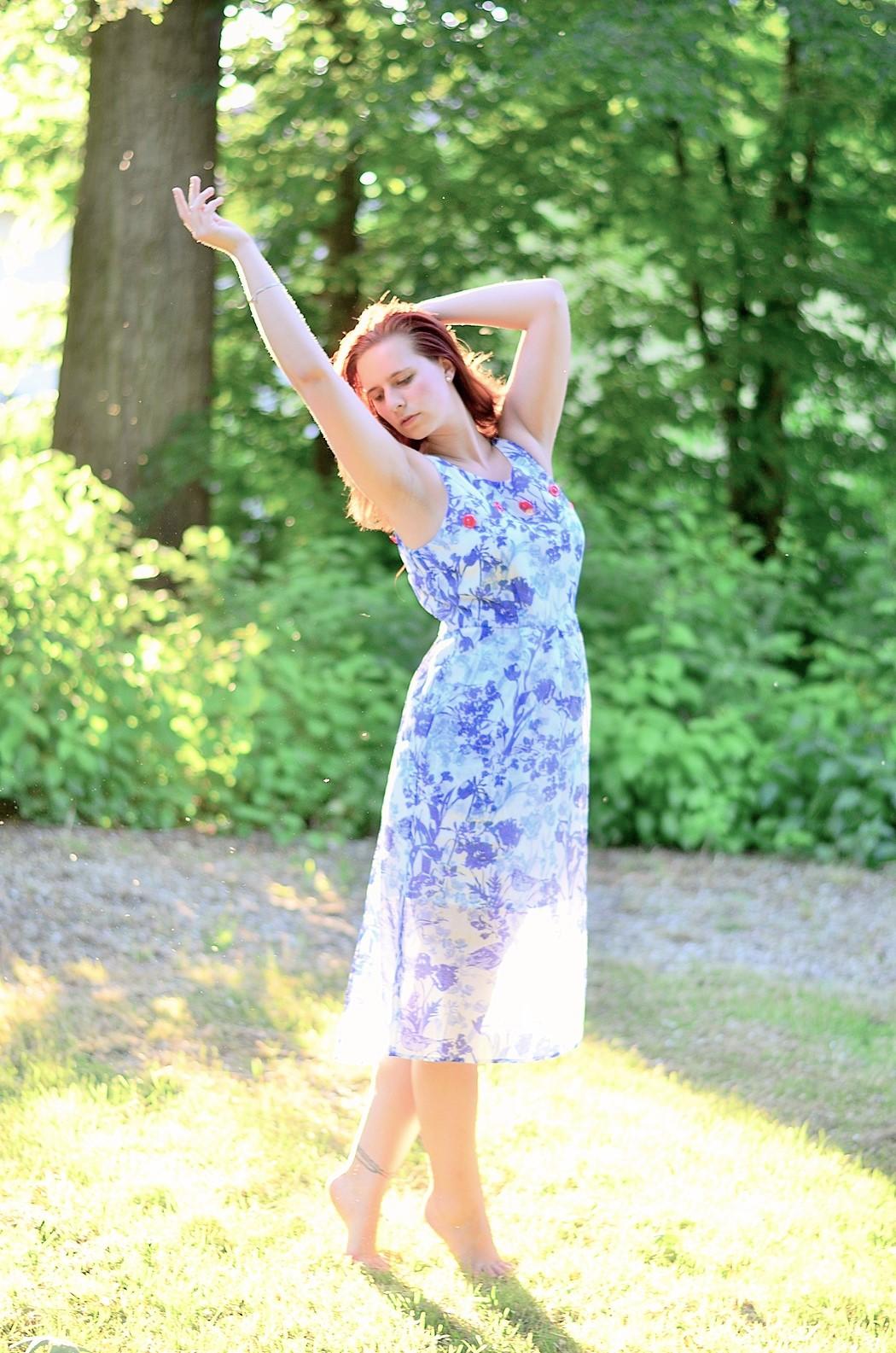 Alice's Pig-Kleid-Maxikleid_Alices Pig_Kleid von Alice's Pig-blaues Maxikleid-Gegenlicht Fotografie-Sonnenuntergang-Natur-barfuß-Annanikabu-1 (2)