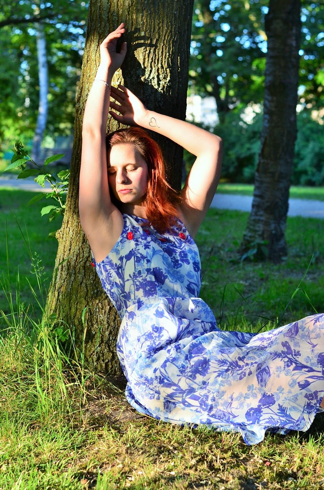 Alice's Pig-Kleid-Maxikleid_Alices Pig_Kleid von Alice's Pig-blaues Maxikleid-Gegenlicht Fotografie-Sonnenuntergang-Natur-barfuß-Annanikabu-1 (3)