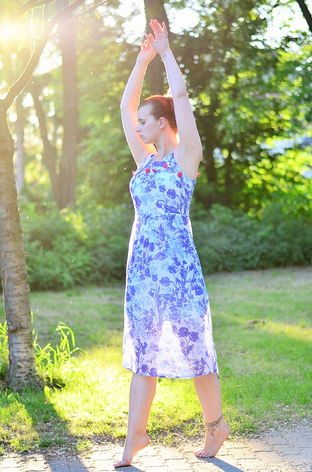 Alice's Pig-Kleid-Maxikleid_Alices Pig_Kleid von Alice's Pig-blaues Maxikleid-Gegenlicht Fotografie-Sonnenuntergang-Natur-barfuß-Annanikabu-1 (4)