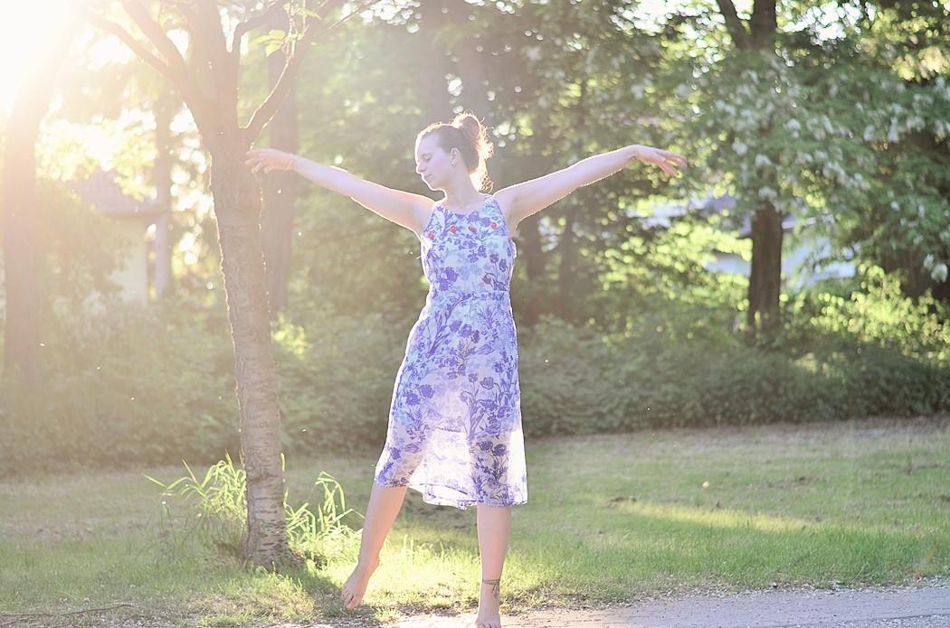 Alice's Pig-Kleid-Maxikleid_Alices Pig_Kleid von Alice's Pig-blaues Maxikleid-Gegenlicht Fotografie-Sonnenuntergang-Natur-barfuß-Annanikabu-1 (5)