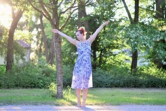 Alice's Pig-Kleid-Maxikleid_Alices Pig_Kleid von Alice's Pig-blaues Maxikleid-Gegenlicht Fotografie-Sonnenuntergang-Natur-barfuß-Annanikabu-1 (6)