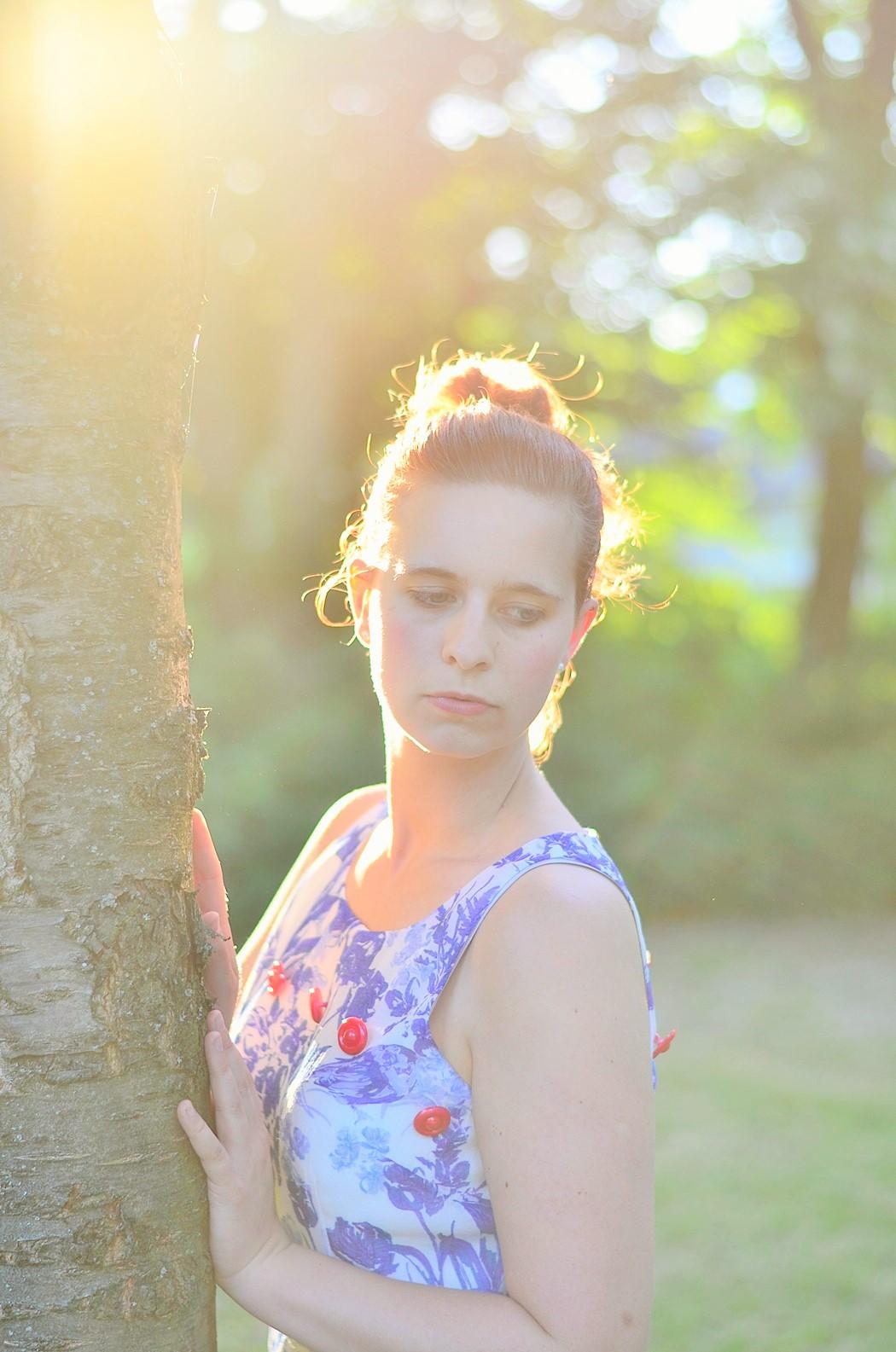 Alice's Pig-Kleid-Maxikleid_Alices Pig_Kleid von Alice's Pig-blaues Maxikleid-Gegenlicht Fotografie-Sonnenuntergang-Natur-barfuß-Annanikabu-1 (7)