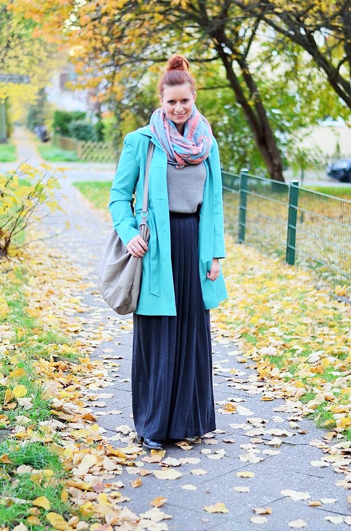 Maxirock_Kashmir Pullover_Frau mit Dutt_rothaarige Frau_rote Haare_Herbstoutfit_Rock im Herbst_Outfit mit Maxirock_1