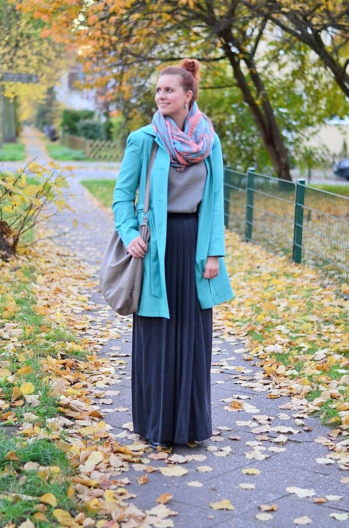 Maxirock_Kashmir Pullover_Frau mit Dutt_rothaarige Frau_rote Haare_Herbstoutfit_Rock im Herbst_Outfit mit Maxirock_4