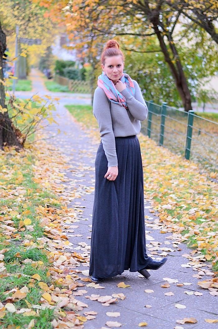 Maxirock_Kashmir Pullover_Frau mit Dutt_rothaarige Frau_rote Haare_Herbstoutfit_Rock im Herbst_Outfit mit Maxirock_5