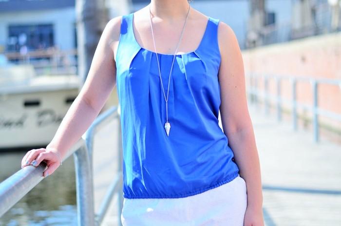 Annanikabu_maritimes Outfit_Tempelhofer Hafen_blau weißes Outfit_weiße Stoffhose_blaues Top_Dutt_rote Haare_weiße Hose_maritim (10)