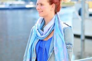 Annanikabu_maritimes Outfit_Tempelhofer Hafen_blau weißes Outfit_weiße Stoffhose_blaues Top_Dutt_rote Haare_weiße Hose_maritim (2)