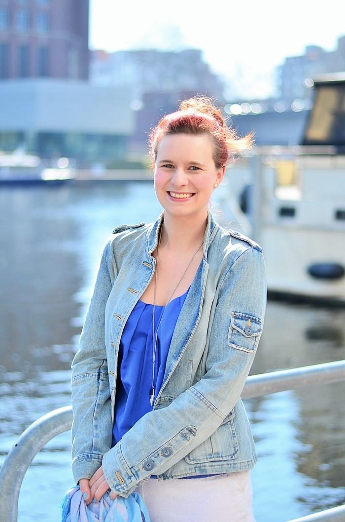 Annanikabu_maritimes Outfit_Tempelhofer Hafen_blau weißes Outfit_weiße Stoffhose_blaues Top_Dutt_rote Haare_weiße Hose_maritim (3)