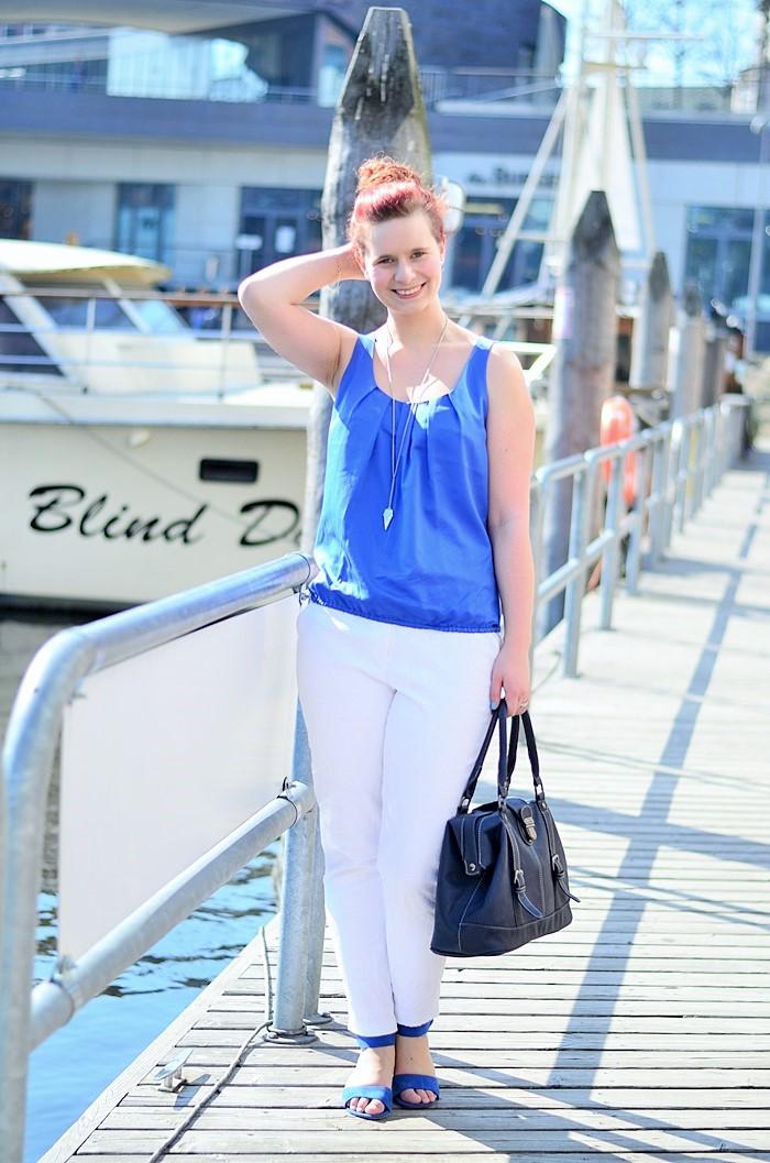 Annanikabu_maritimes Outfit_Tempelhofer Hafen_blau weißes Outfit_weiße Stoffhose_blaues Top_Dutt_rote Haare_weiße Hose_maritim (6)