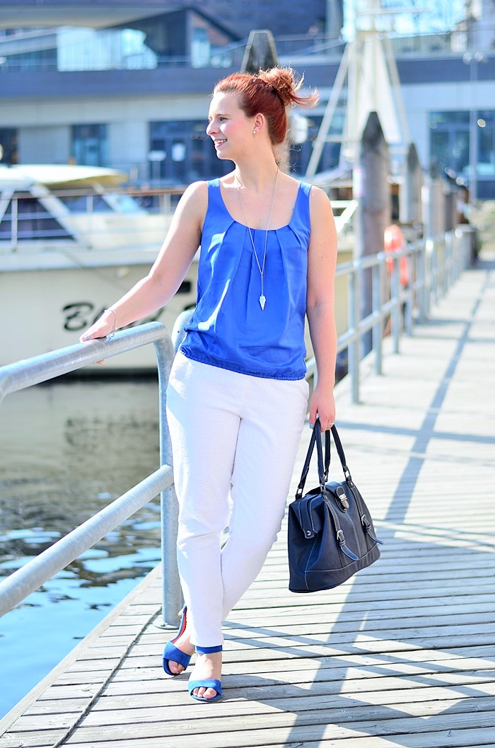 Annanikabu_maritimes Outfit_Tempelhofer Hafen_blau weißes Outfit_weiße Stoffhose_blaues Top_Dutt_rote Haare_weiße Hose_maritim (7)