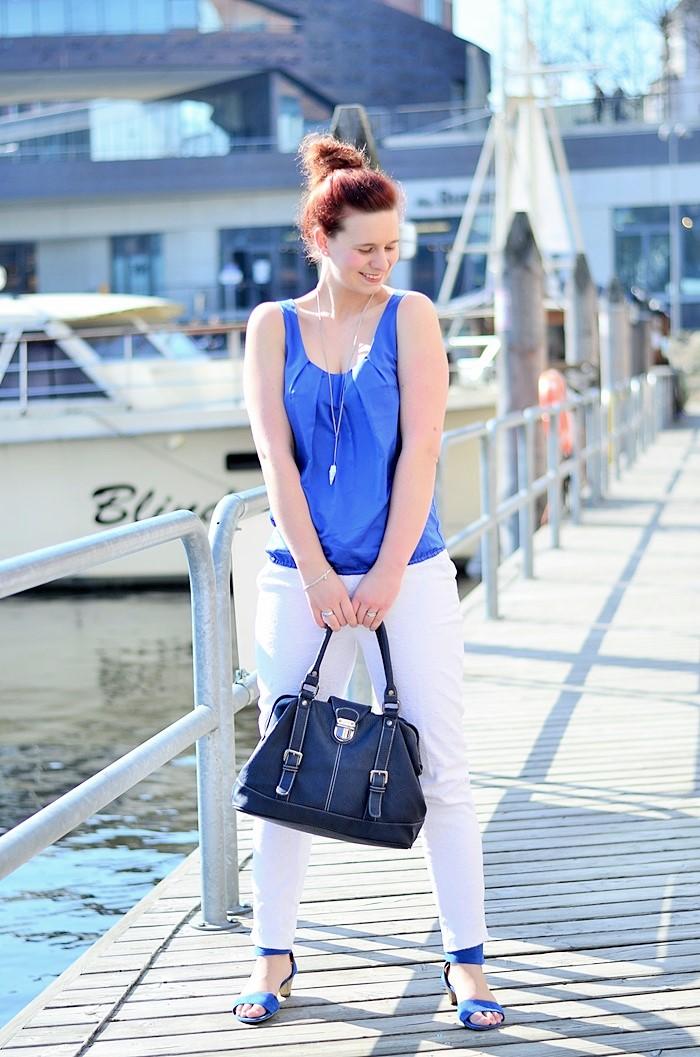 Annanikabu_maritimes Outfit_Tempelhofer Hafen_blau weißes Outfit_weiße Stoffhose_blaues Top_Dutt_rote Haare_weiße Hose_maritim (8)