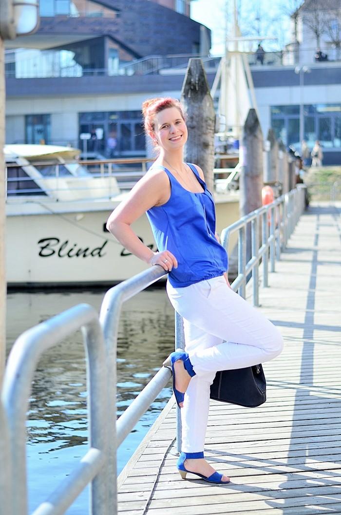 Annanikabu_maritimes Outfit_Tempelhofer Hafen_blau weißes Outfit_weiße Stoffhose_blaues Top_Dutt_rote Haare_weiße Hose_maritim (9)