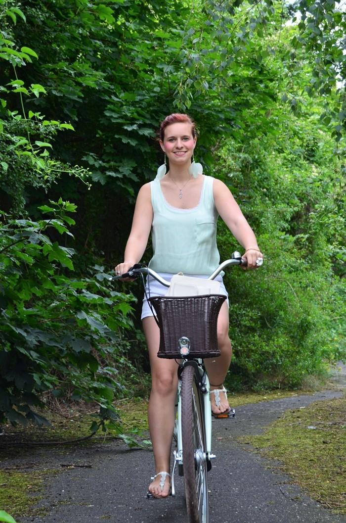 mintfarbenes Fahrrad_Fahrradmodel_Handmodel_Sommeroutfit_Outfit für Fahrradtour_Blumenring_weiße Hotpants_Bench Tasche_Annanikabu (10)