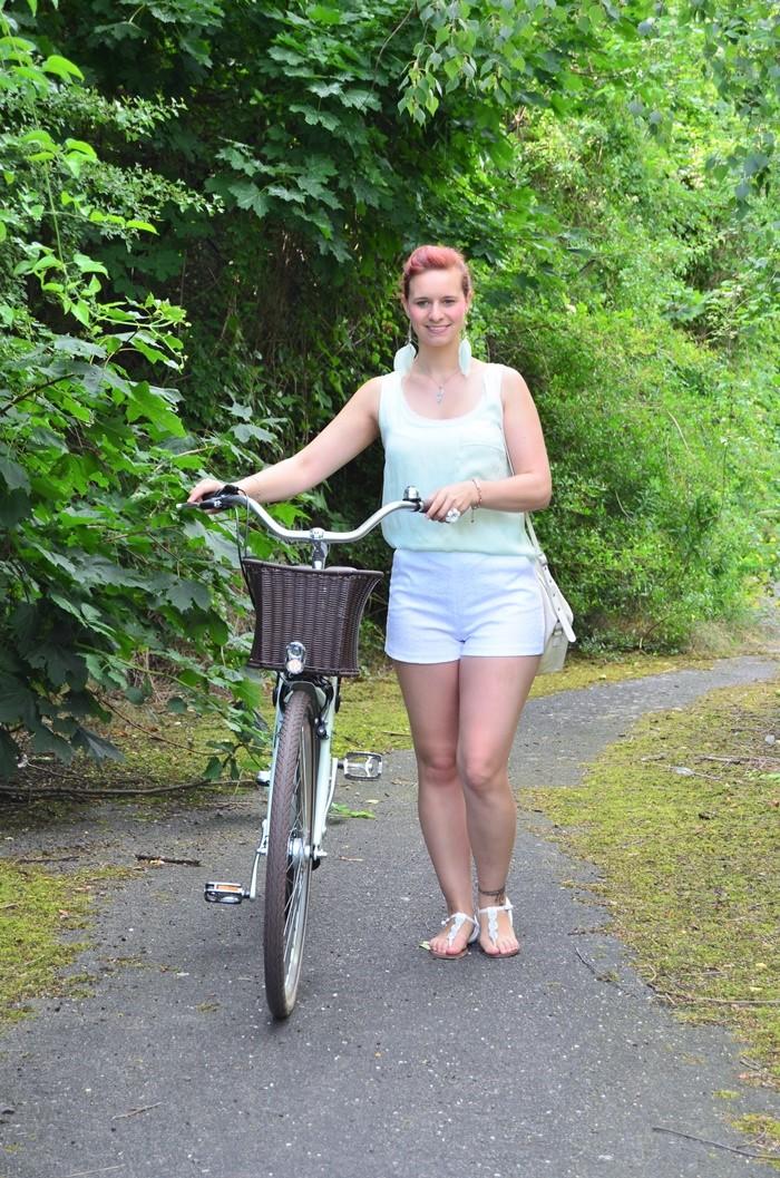mintfarbenes Fahrrad_Fahrradmodel_Handmodel_Sommeroutfit_Outfit für Fahrradtour_Blumenring_weiße Hotpants_Bench Tasche_Annanikabu (2)
