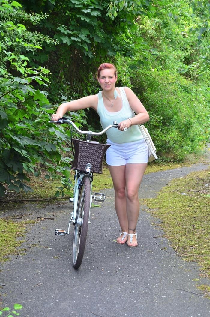 mintfarbenes Fahrrad_Fahrradmodel_Handmodel_Sommeroutfit_Outfit für Fahrradtour_Blumenring_weiße Hotpants_Bench Tasche_Annanikabu (3)