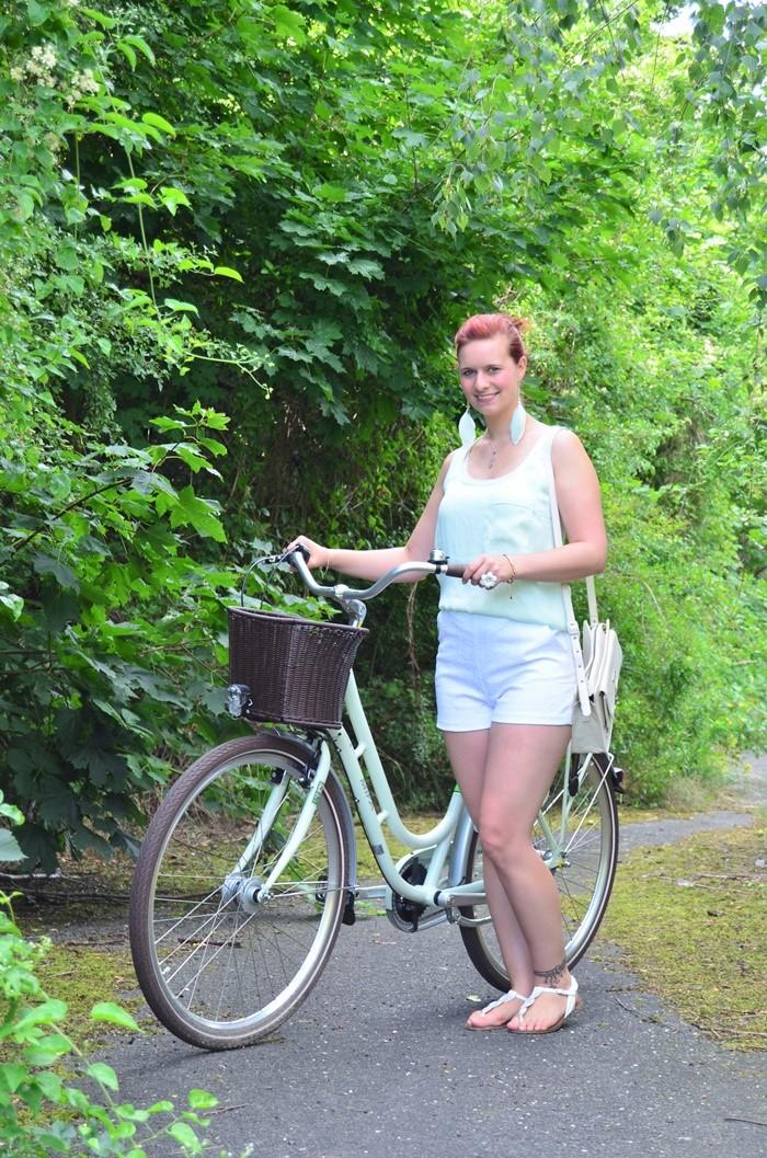 mintfarbenes Fahrrad_Fahrradmodel_Handmodel_Sommeroutfit_Outfit für Fahrradtour_Blumenring_weiße Hotpants_Bench Tasche_Annanikabu (4)