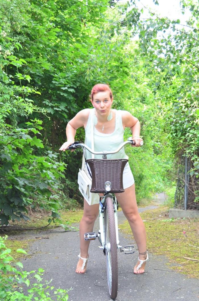 mintfarbenes Fahrrad_Fahrradmodel_Handmodel_Sommeroutfit_Outfit für Fahrradtour_Blumenring_weiße Hotpants_Bench Tasche_Annanikabu (5)
