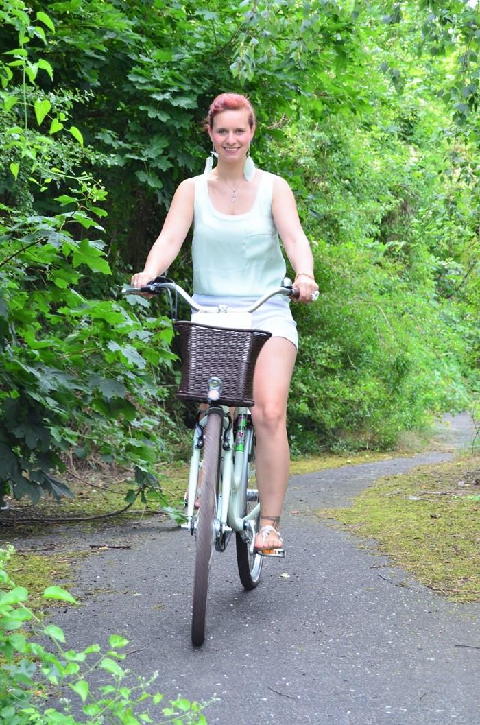 mintfarbenes Fahrrad_Fahrradmodel_Handmodel_Sommeroutfit_Outfit für Fahrradtour_Blumenring_weiße Hotpants_Bench Tasche_Annanikabu (6)