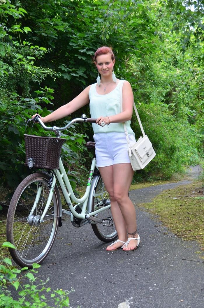 mintfarbenes Fahrrad_Fahrradmodel_Handmodel_Sommeroutfit_Outfit für Fahrradtour_Blumenring_weiße Hotpants_Bench Tasche_Annanikabu (7)