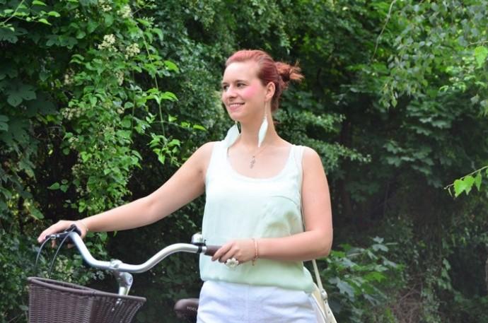 mintfarbenes Fahrrad_Fahrradmodel_Handmodel_Sommeroutfit_Outfit für Fahrradtour_Blumenring_weiße Hotpants_Bench Tasche_Annanikabu (9)