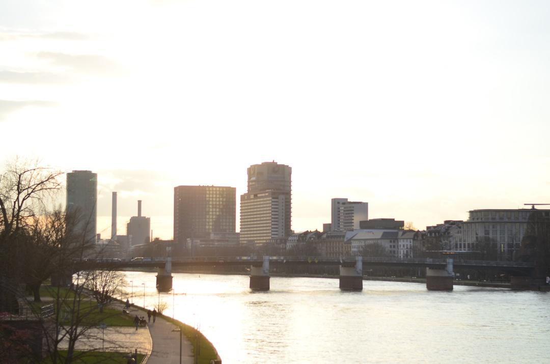 Frankfurt_eiserner Steg_Sonnenuntergang_Sundown_Frankfurt am Main_Main Brücke_Brücke am Main_Stadt am Main_Sonnenuntergangsbilder_Reiseblog Deutschland_Deutschlandreise_Annanikabu (6)