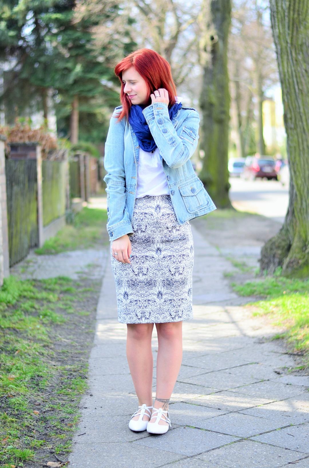 blauer Bleistiftrock_Outfit mit Bleistiftrock_blau weißes Outfit_schickes Outfit mit Rock_Bleistiftrock kombinieren_rothaarige Bloggerin_Annanikabu_1 (1)