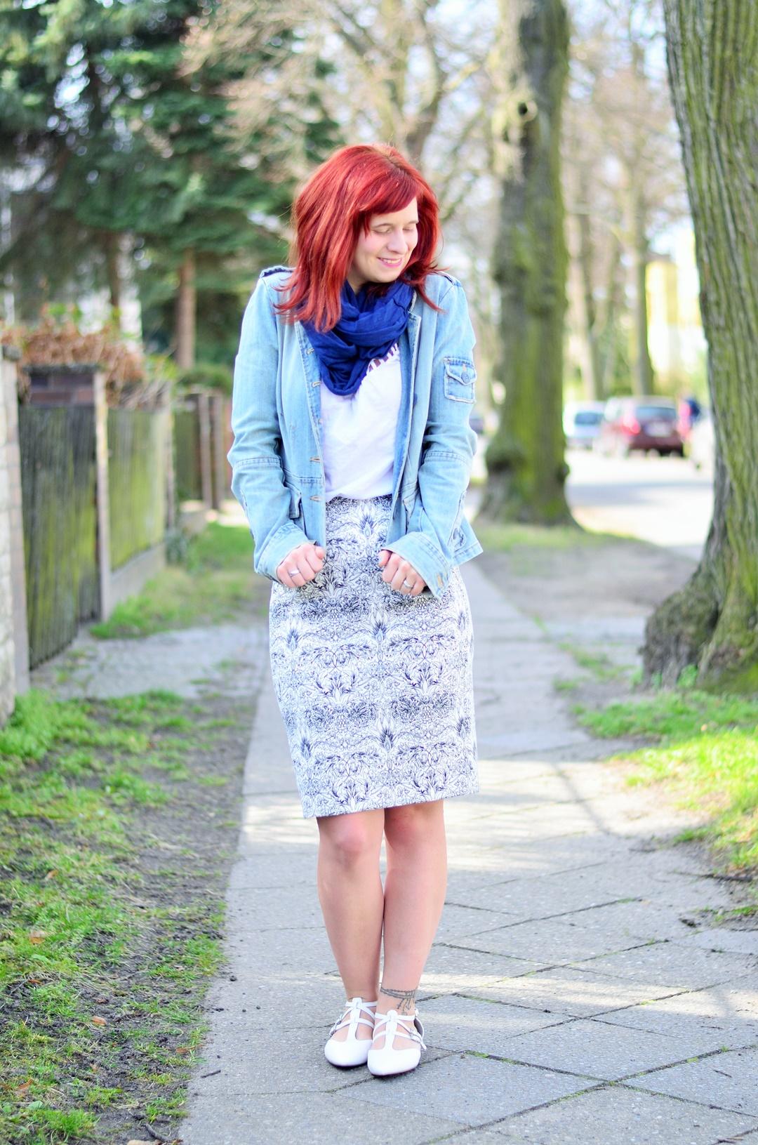 blauer Bleistiftrock_Outfit mit Bleistiftrock_blau weißes Outfit_schickes Outfit mit Rock_Bleistiftrock kombinieren_rothaarige Bloggerin_Annanikabu_1 (2)