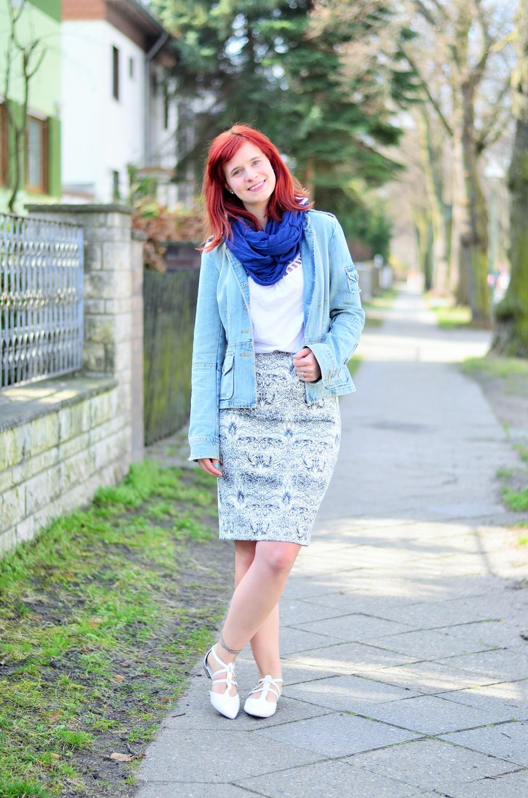 blauer Bleistiftrock_Outfit mit Bleistiftrock_blau weißes Outfit_schickes Outfit mit Rock_Bleistiftrock kombinieren_rothaarige Bloggerin_Annanikabu_1 (3)