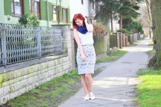 blauer Bleistiftrock_Outfit mit Bleistiftrock_blau weißes Outfit_schickes Outfit mit Rock_Bleistiftrock kombinieren_rothaarige Bloggerin_Annanikabu_1 (4)
