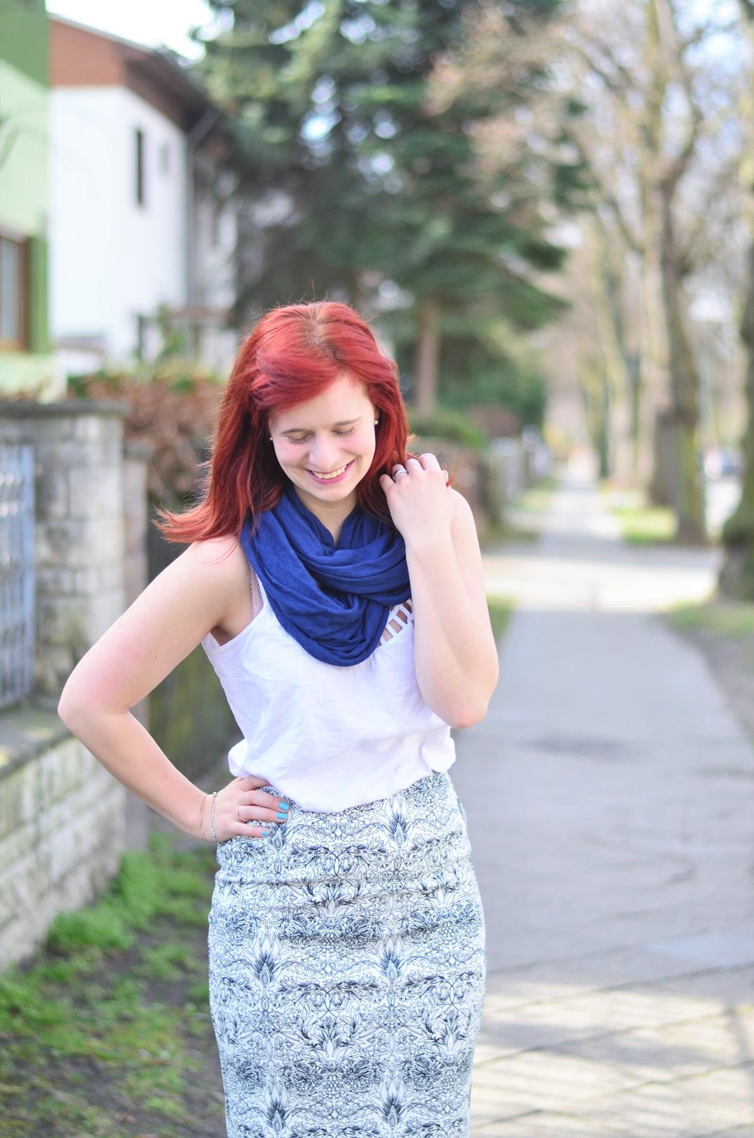 blauer Bleistiftrock_Outfit mit Bleistiftrock_blau weißes Outfit_schickes Outfit mit Rock_Bleistiftrock kombinieren_rothaarige Bloggerin_Annanikabu_1 (7)