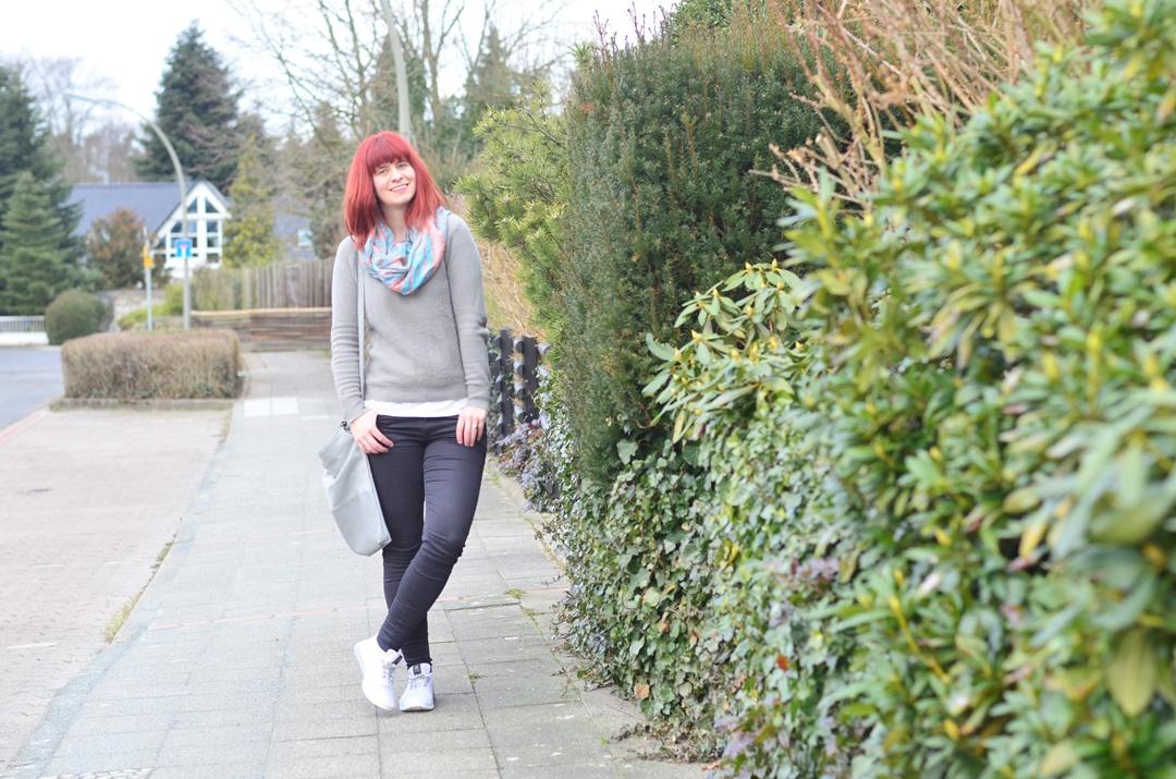 rote Haare_minimalistisches Outfit_Bench_schlichtes Outfit_Fair Fashion_Minimalismus_capsule wardrobe_Annanikabu (5)