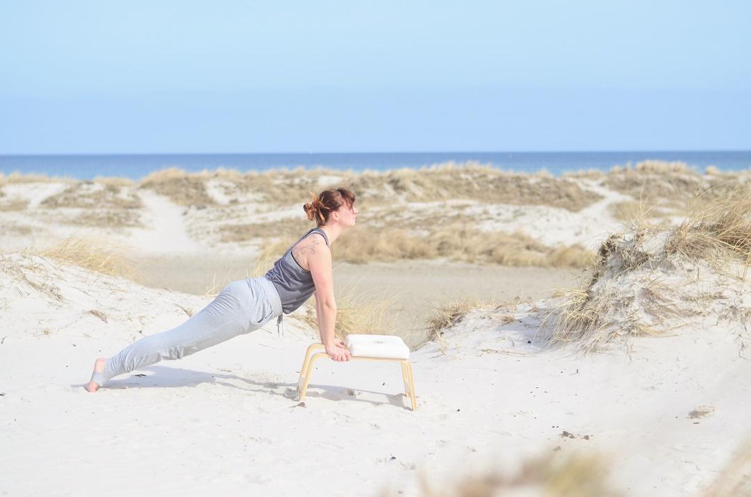 Feedup_Feedup Trainer_Handstand_Schulterstand_Sport am Meer_Ostsee_Sport am Strand_Annanikabu_Yoga_Yoga am Meer_Yoga am Strand_Fitnessblog (5)