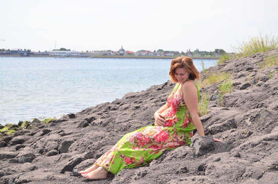 Schwangerschaftsupdate_schwangerschaft_Babybauch_Zierikzee_Strand_Maxikleid_Annanikabu_Mininikabu